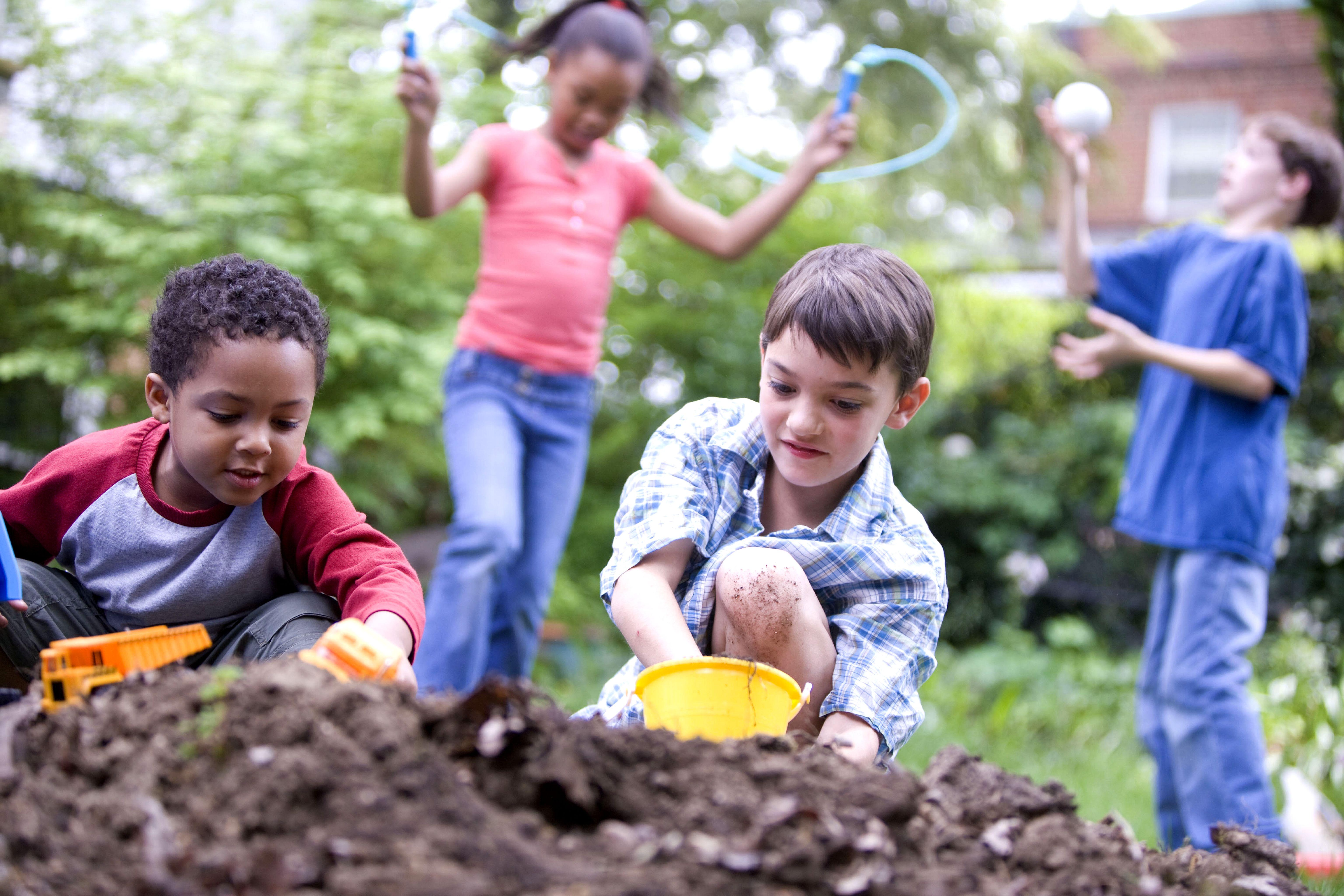 ילדים משחקים ולומדים יחדיו במשחקים חינוכיים